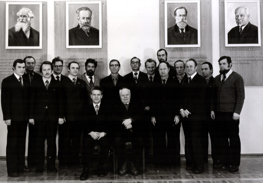 Сотрудники Отдела физики неразрушающего контроля (1975 г.) На переднем плане Акулов Н.С. (справа) и Зацепин Н.Н. (слева)